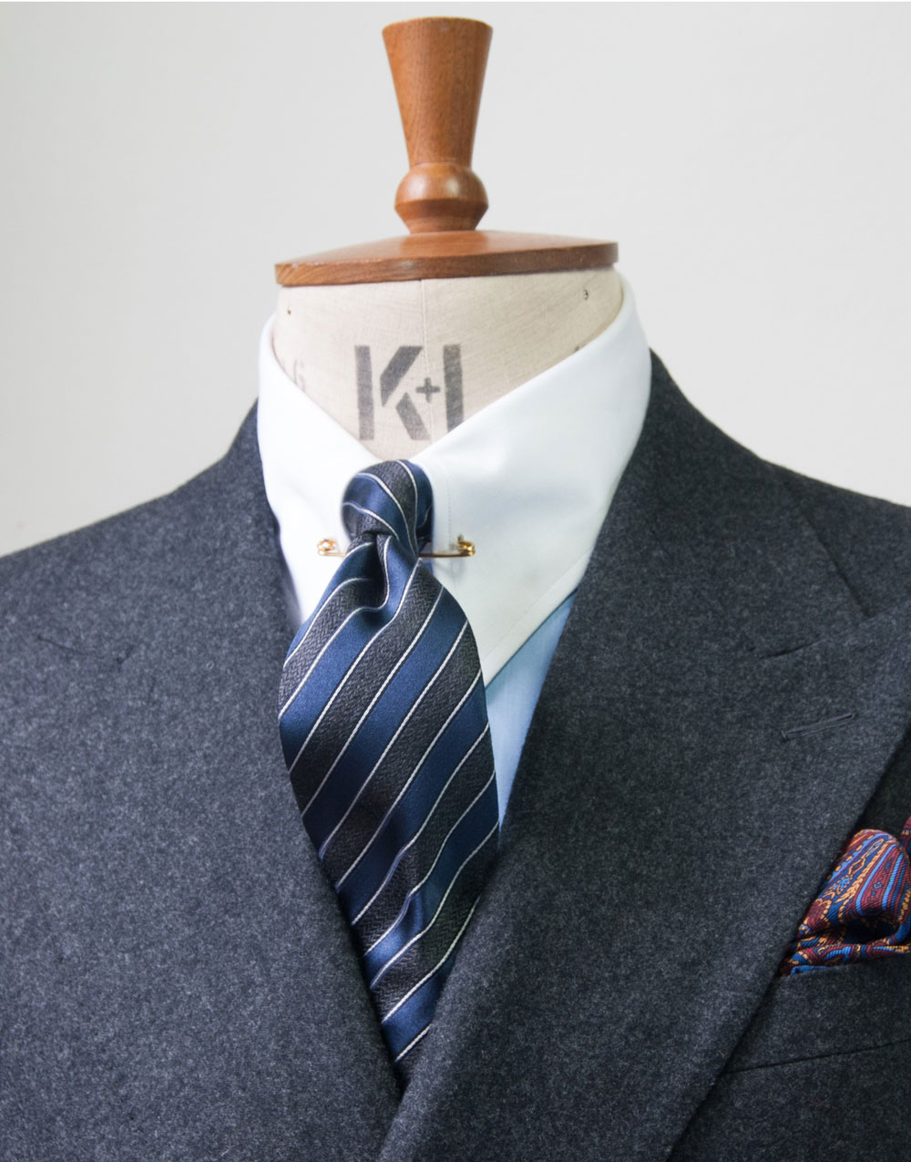 How To Tie a Tie – Edward Sexton Explains how to tie the perfect knot with a seven fold silk tie.